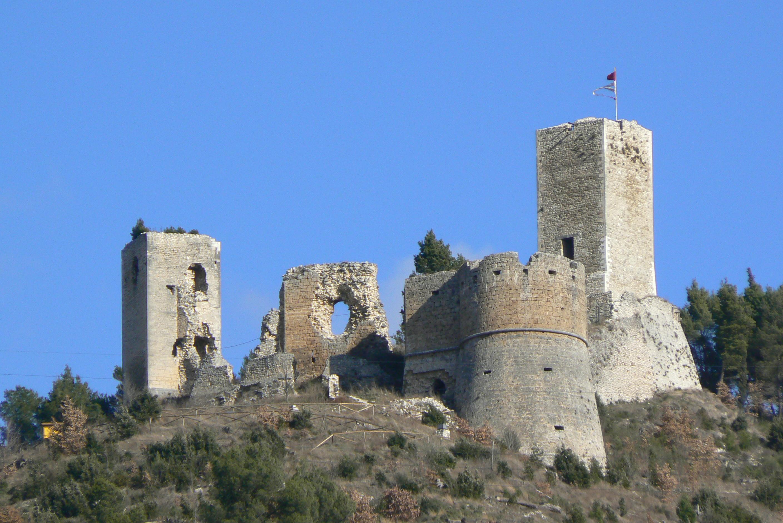 Castello di Popoli di giorno, visione frontale