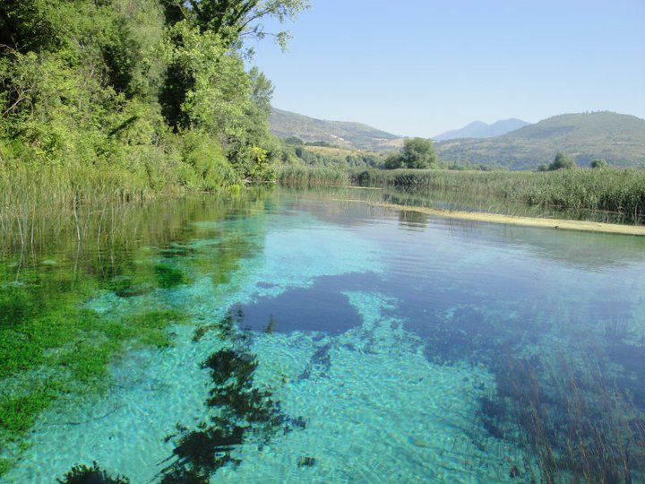 Panoramica delle sorgenti del Pescara: lo secchio d'acqua